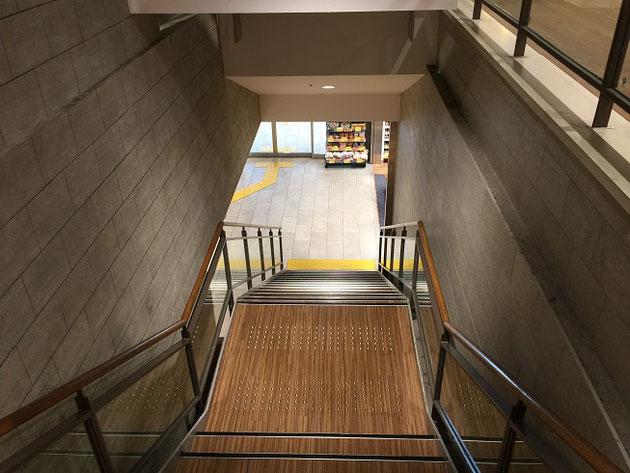 普通の階段だが、実は階段挟んで左右で違う仕上げ!!!何でこんなことになったの?