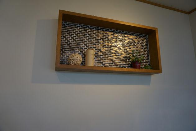 こちらにはフレームを作った飾り棚が!このタイルもいいですね。