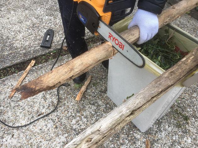 古くなった木杭をチェーンソーで切り刻んで処分!
