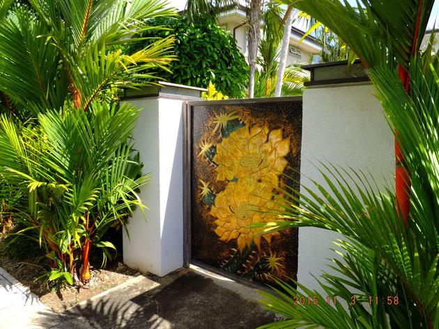 風通しのよさそうなハワイらしい門構え。門扉のブルーは銅版?