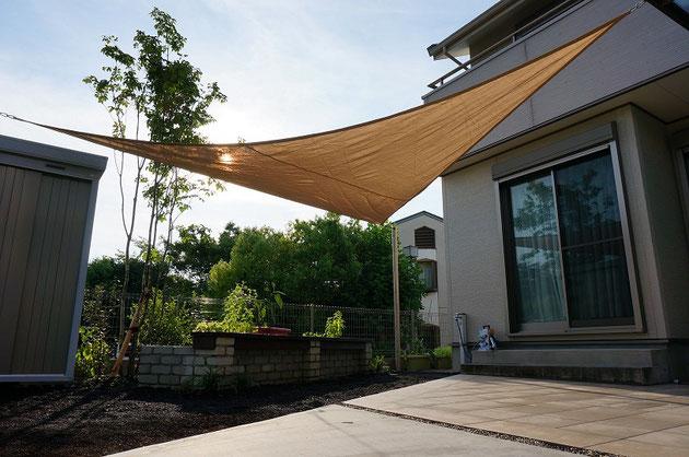 シェードセイルでお庭も楽しめるし、室内の温度上昇も抑えられる
