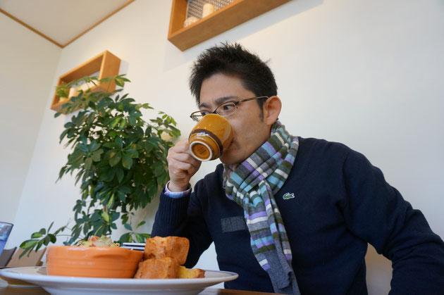 ハチミツラテを飲むガーデンドクター柴ちゃん。甘さが胃に染み渡る!うまい!
