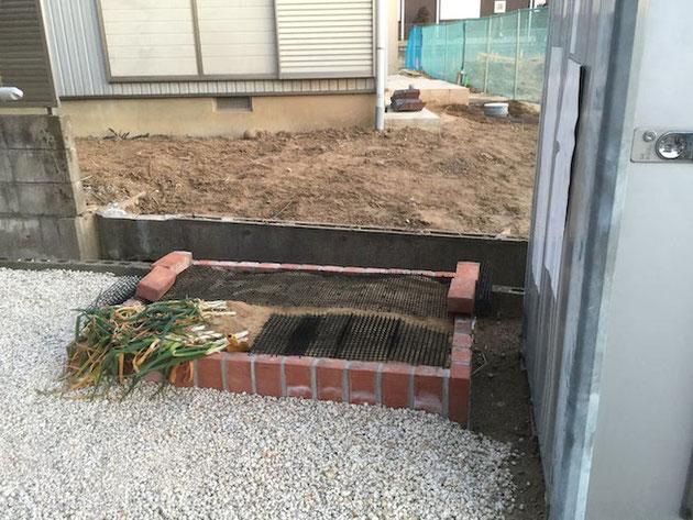 新しく作った花壇。ここには早速ネギが植わっていました。