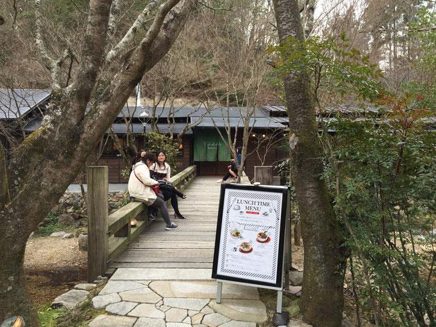 こちらの橋の向こうにあるのがカフェ。沢山の人が橋の上で待っている。