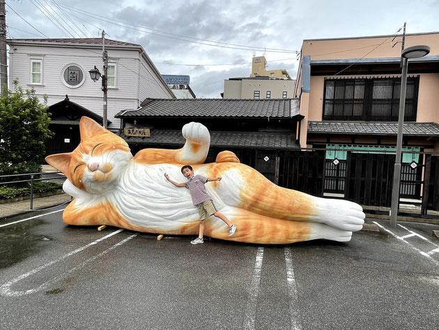 末広町商店街にある駐車場に巨大猫が!