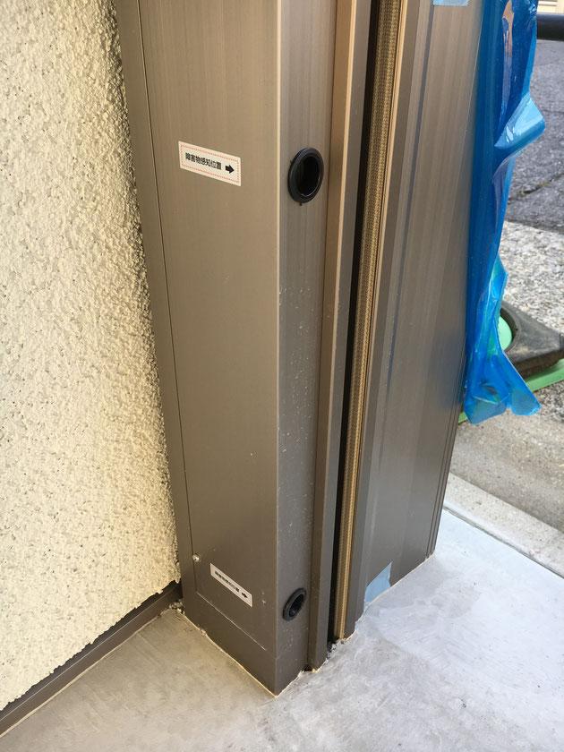 シャッターゲートの柱の内側。黒い穴が2つ付いています