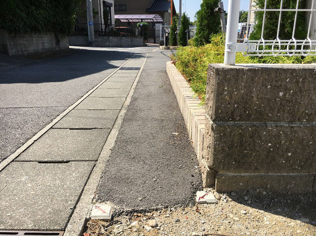 道路から控えてブロックが積まれているのはなぜ?