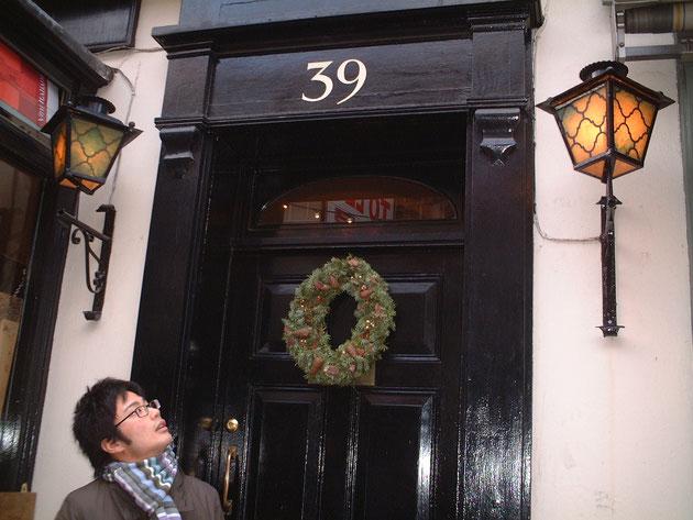 イギリスで見つけたアイアン製のライトに見とれる柴垣 一点物は素敵だ