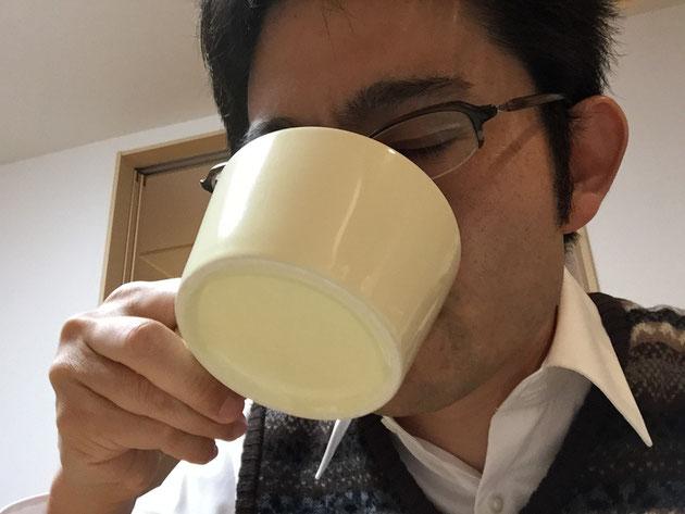 どんぐりコーヒーの味を確かめるガーデンドクター柴ちゃん。