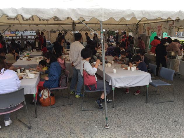 テントの下には沢山の来場者の方々が!コンクリート祭りは大盛況です!!!