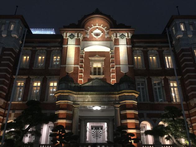 素敵な東京駅のライトアップ。この中にあんな素敵なホテルがあるなんて!