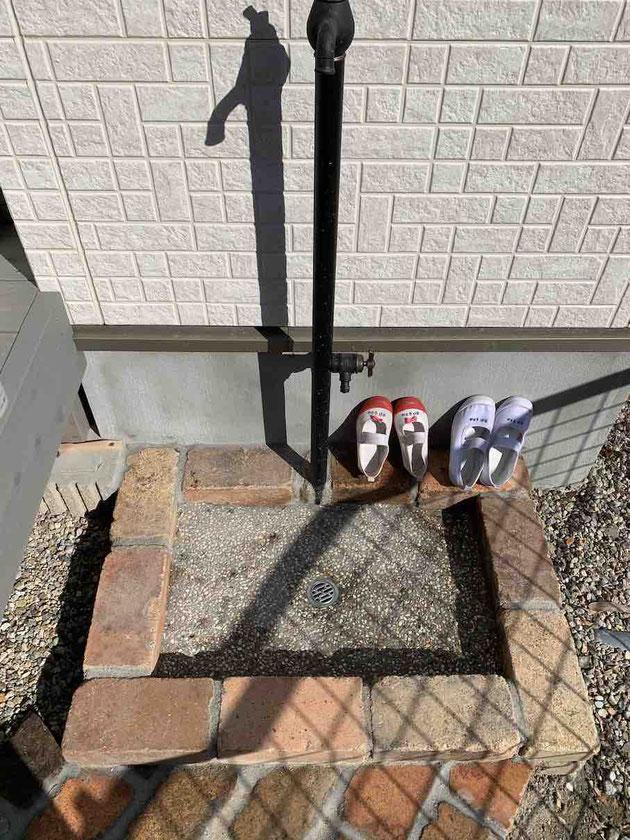 立水栓の足元は使いやすいようにレンガ舗装