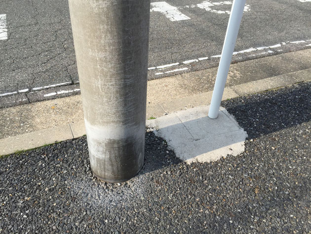 こちらの電柱は明らかにマーキングされた跡が・・・