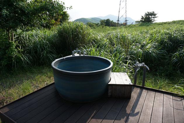 ウッドデッキの上に設置されたお風呂!!!風呂好きにはたまらない!!!