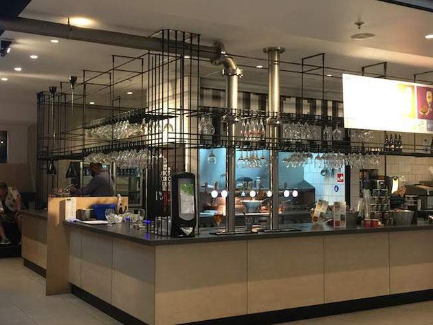 デザイン的にとても素敵なお店が多いブリュッセル空港。
