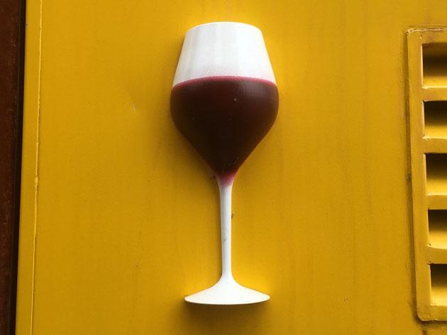 こちらは3Dプリンターで作ったワイングラス。立体的な造形はいまや職人の手を必要としないのか?