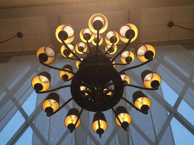 照明器具もゴージャスなんだけど品があってレトロな感じがとても素敵。