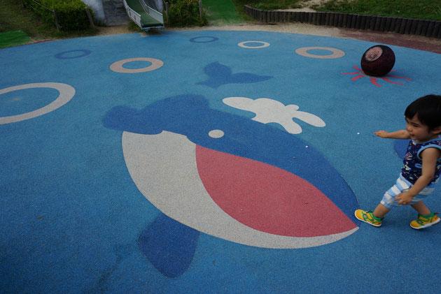 ゴムマットのような素材で出来た床も可愛いクジラのデザイン。上にはタコさんの足も見える。