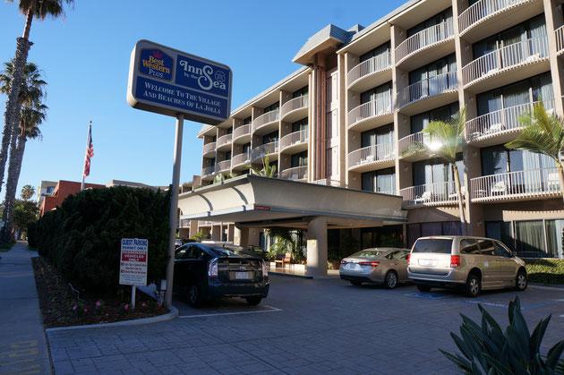 こちらのホテルも素敵。車寄せの屋根のアールと高さがこのホテルのデザインを決めているといっても過言ではないかも。