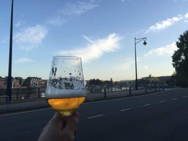 外に出てベルギービールの色を確かめてみた。