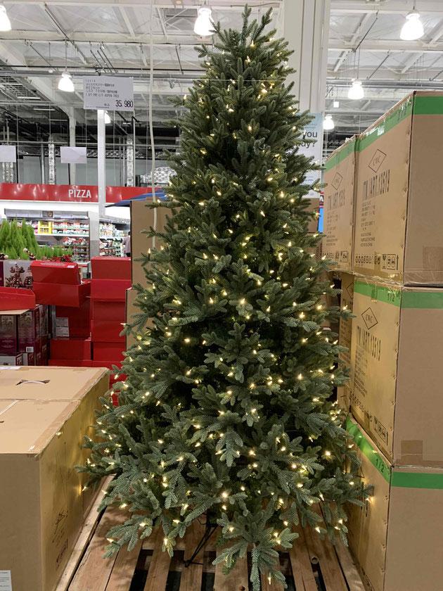 電飾が控えめなコストコクリスマスツリー。