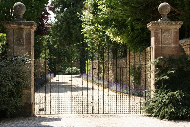 イギリス コッツウォルズで見つけた角柱 アイアンの門扉と奥につながるアプローチがとても絵になる