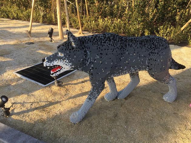 レゴで作られたオオカミ。自然の中に配置されたレゴたちもとても面白い。