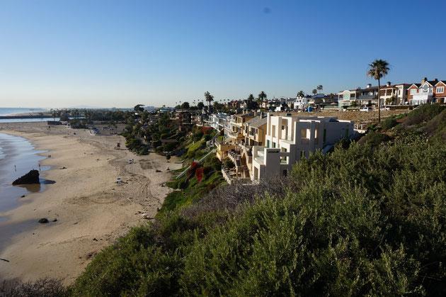 海沿いの町「コロナ・デルマー Colona Del Mar」。素敵な外構・庭が競争するように作られている。