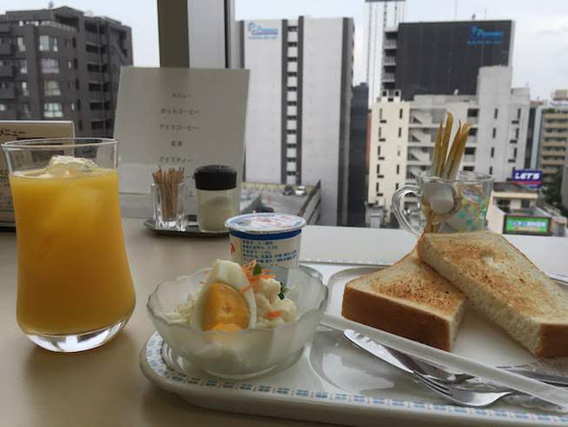 トーストとサラダとヨーグルト。今日はオレンジジュースを付けて。