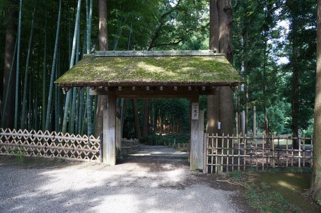 黒門を抜けるとすぐに現れる一の木戸。こけら葺きの門だ。右には杉。左には竹林が見える。それぞれに合わせた様に竹垣まで違うデザインを採用している所がにくい。