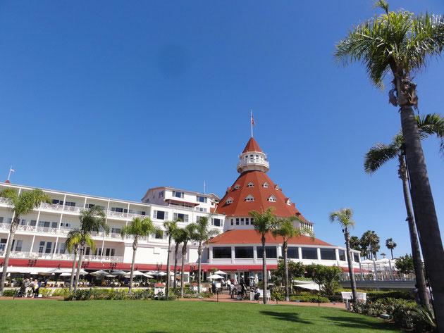 """サンディエゴ コロナドに有る名門ホテル""""デル・コロナド"""" 特徴的な屋根と芝生・ヤシの木が美しい"""
