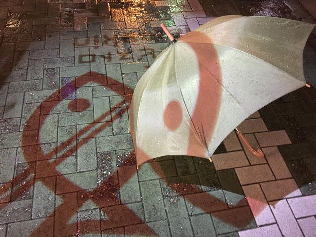 傘に投影された映像が映し出されます。面白いなあ。