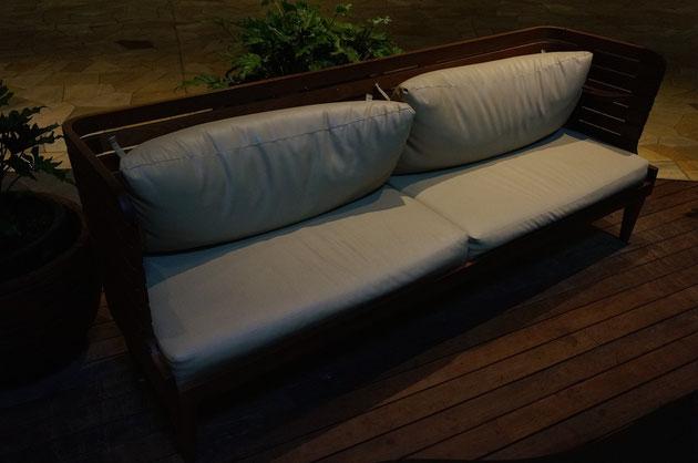 ガーデンベンチには専用のクッションもある。