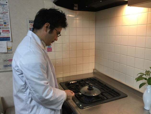 どんぐりをフライパンに入れて弱火で炒っているガーデンドクター柴ちゃん。