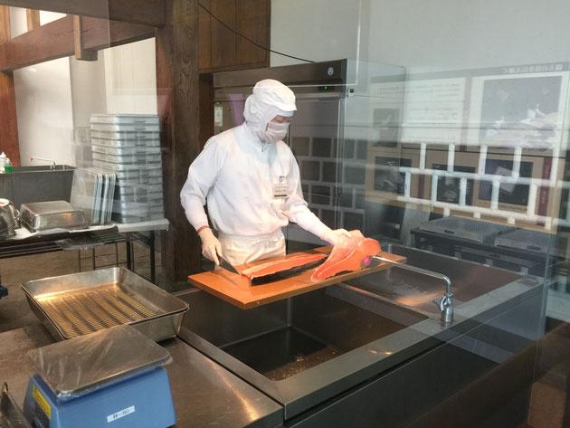 マス寿司の工場で魚をさばく様子を見られる。