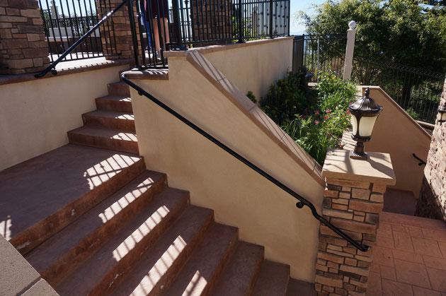 奥の庭へ続いて行く階段。一体奥には何が???