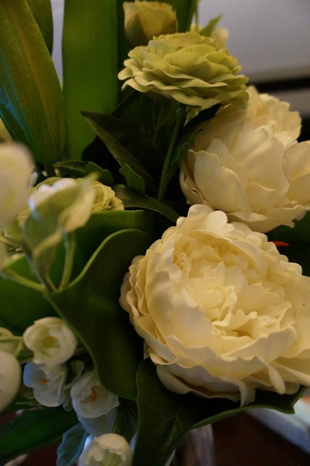 生花の中に所々混じるアーティフィシャルフラワー。かっこ良く言いましたが、造花です。