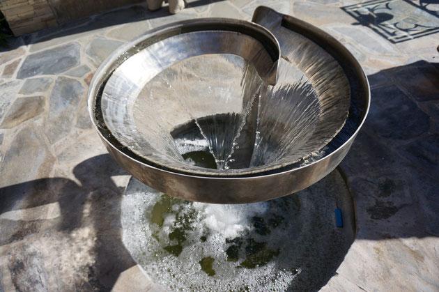 水の流れを目で見て、水しぶきを肌で味わい、音を聞く。水を使うと五感のうち3つも楽しむことが出来る