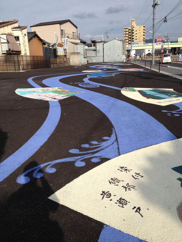 尾張瀬戸駅の近くで見つけた駐車場 アスファルトに絵が書いてある 躍動感が有り素晴らしい