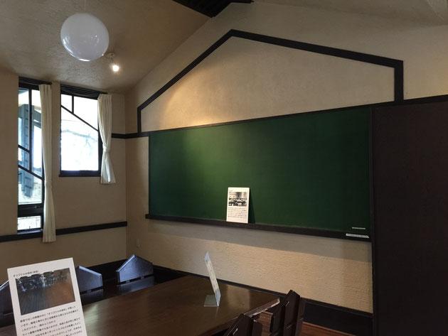会議室。イスも全部専用設計だ。