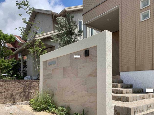 After 石調タイルを貼った門塀をアプローチの前に。