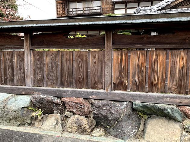 基礎は石垣。その上に木塀が作ってありました。