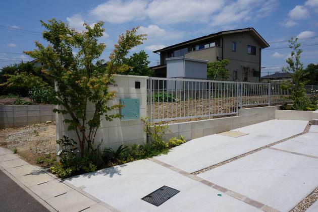 After スマートFウオールで作った門塀の足元は大きな基礎が必要ないためしっかりと植栽ができます