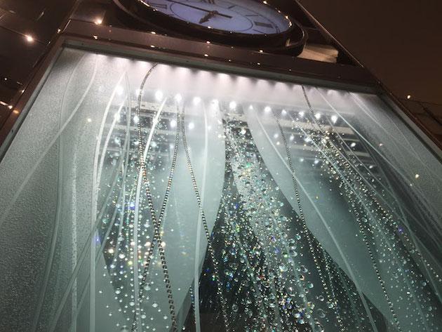 上にはLEDライトが仕込まれていてクリスタルを光らせているガラスの時計台