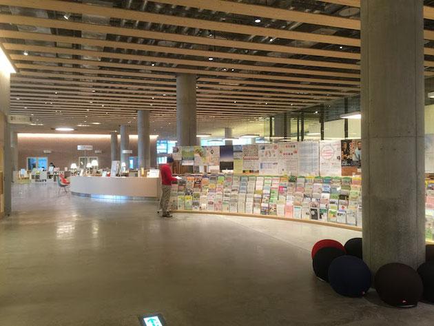 リーフレットがおいてある所もカウンターも曲線で作られている。この辺は普通の図書館には無いデザイン。凄く考えられている。