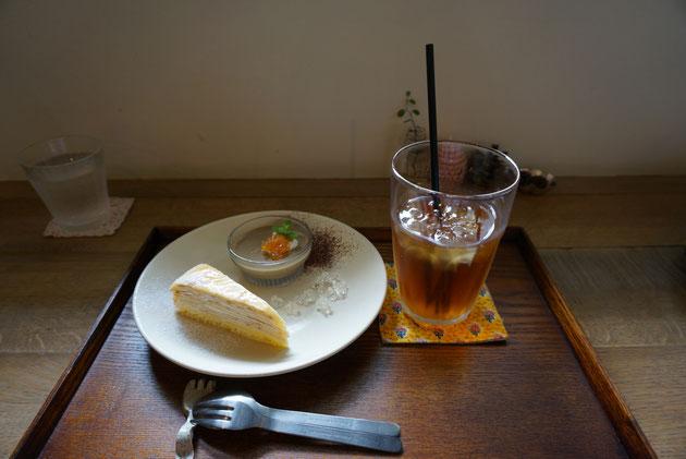 ランチの後にはデザートもつけられます。紅茶のゼリーとミルクレープ!アイスティーで頂きました。