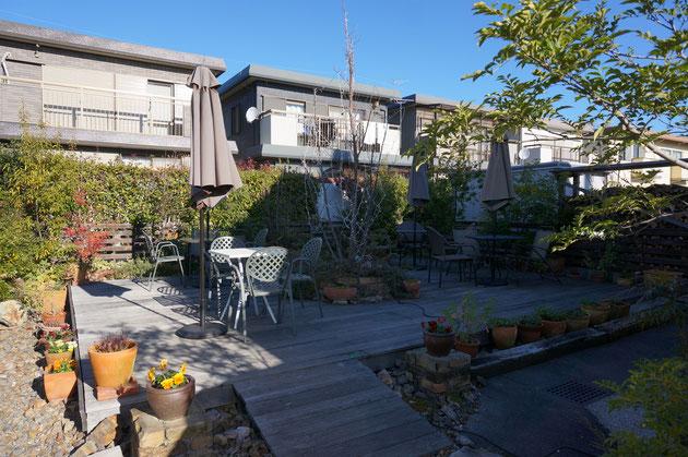 奥の庭には4テーブルが有りました!こちらも天然木のデッキの上でお茶が楽しめそうです!