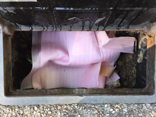 水道メーターに養生材をかぶせました。