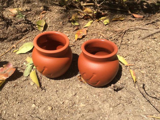 壷プリンの壷を土の上に。ここで土入れをすれば掃除しなくてすみます。