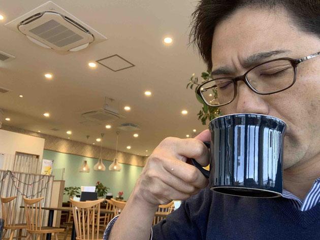 コーヒーを味わうガーデンドクター柴ちゃん